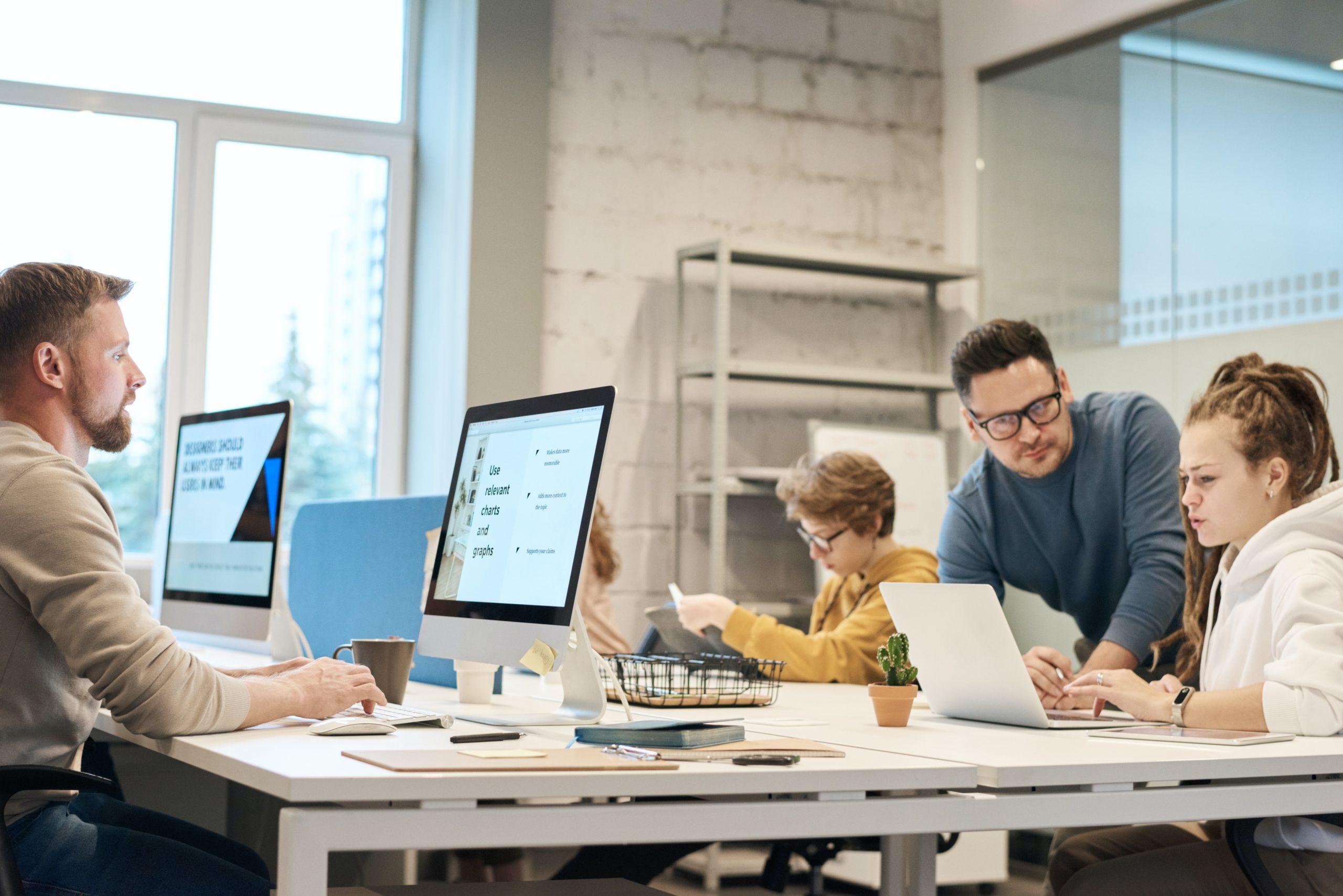 Сотрудники предприятия за работой в офисе